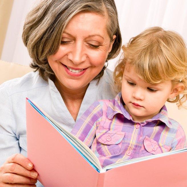 Oma liest Enkel vor | Protefix