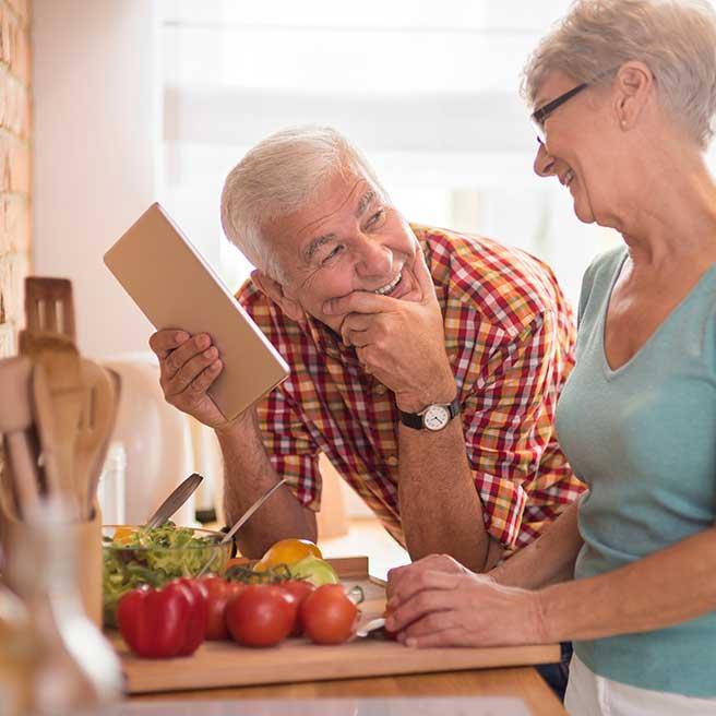 Senioren-Paar treffen Kochvorbereitungen | Protefix