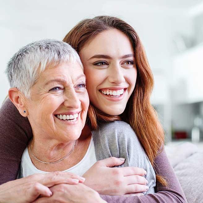 Mutter mit Tochter lachen | Protefix