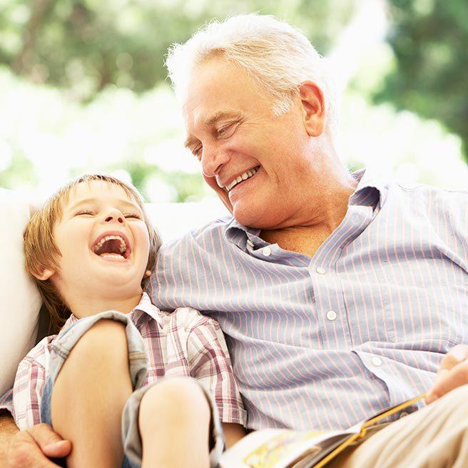 Opa und Enkel umarmen sich | Protefix