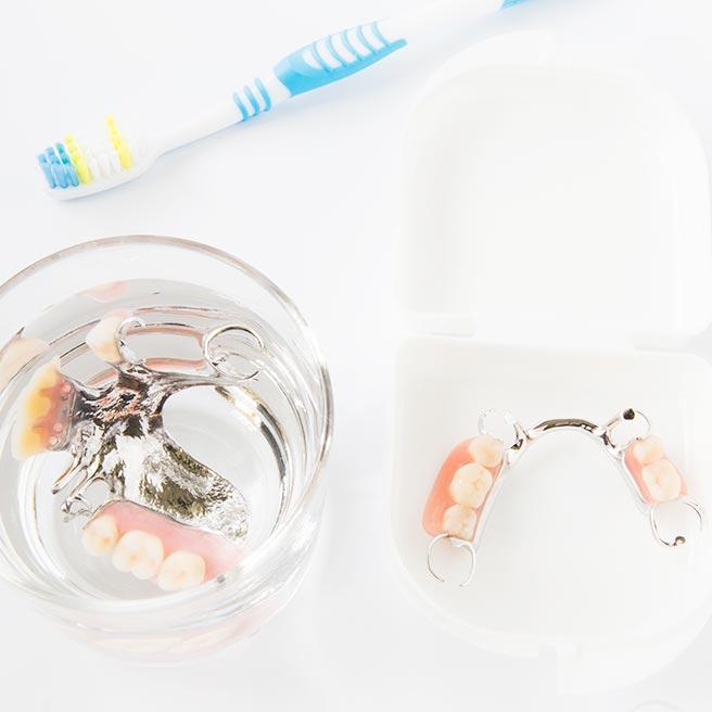 Reinigung der Zahnprothese | Protefix